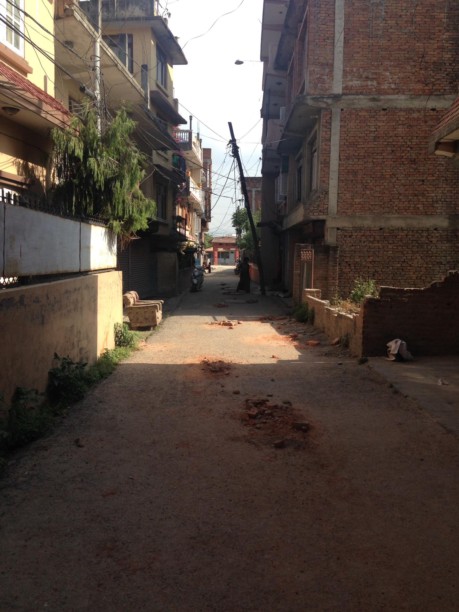 地震の後の危険な通学路
