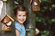 Süßes Mädchen hinter einem Baum