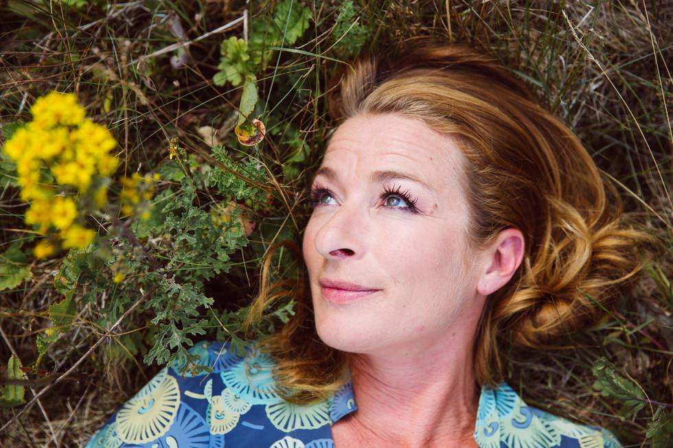 Maria Fuchs Schauspielerin liegt auf Blumenwiese Rote Rosen