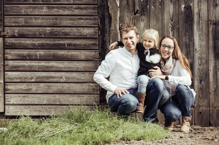 Familie vor Holzschuppen