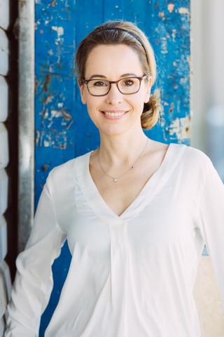 Mareike Fell Schauspielerin vor blauer Wand