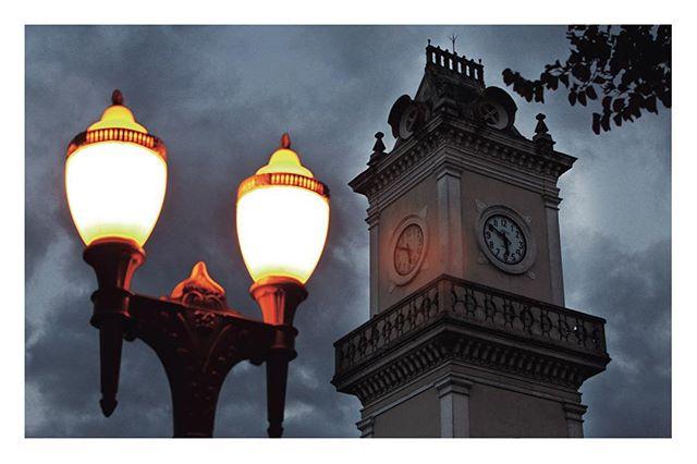 As luzes noturnas clareiam a Praça da Estação