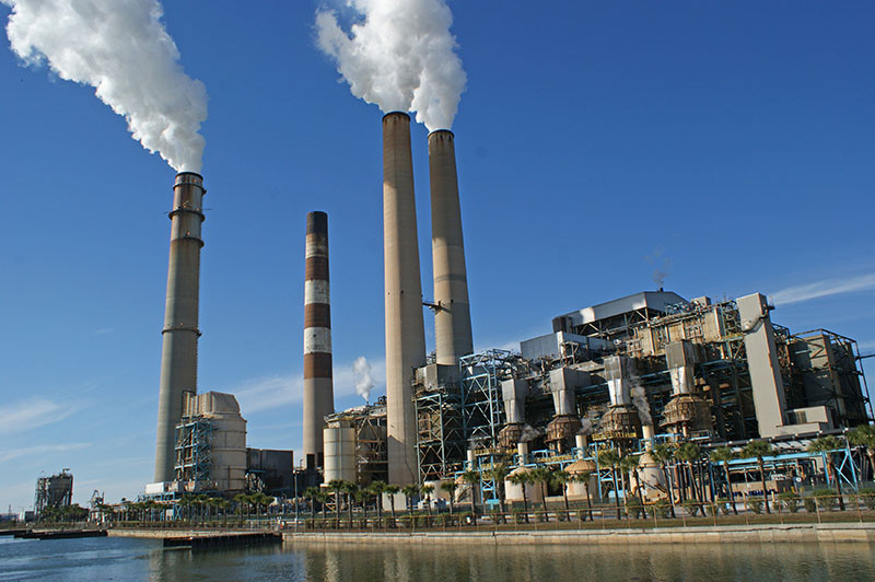 Na energia termelétrica são usados combustíveis fósseis para queimar e gerar energia, há uma grande liberação de poluentes na atmosfera.