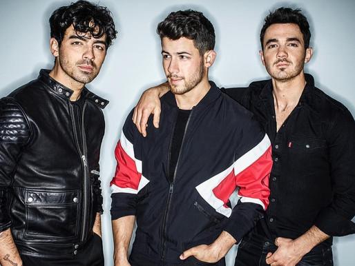 """Jonas Brothers vão a Las Vegas no clipe alternativo de """"What A Man Gotta Do"""""""