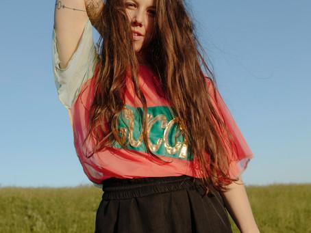 """""""A ruhát és a táncot is intuitíven kezelem, mivel a ruha is él és alakul.""""-interjú Nagy Emese táncos"""
