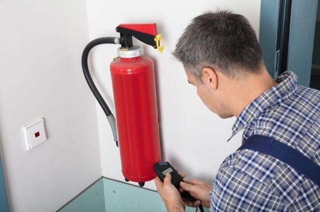 setting up a fire extinguisher]