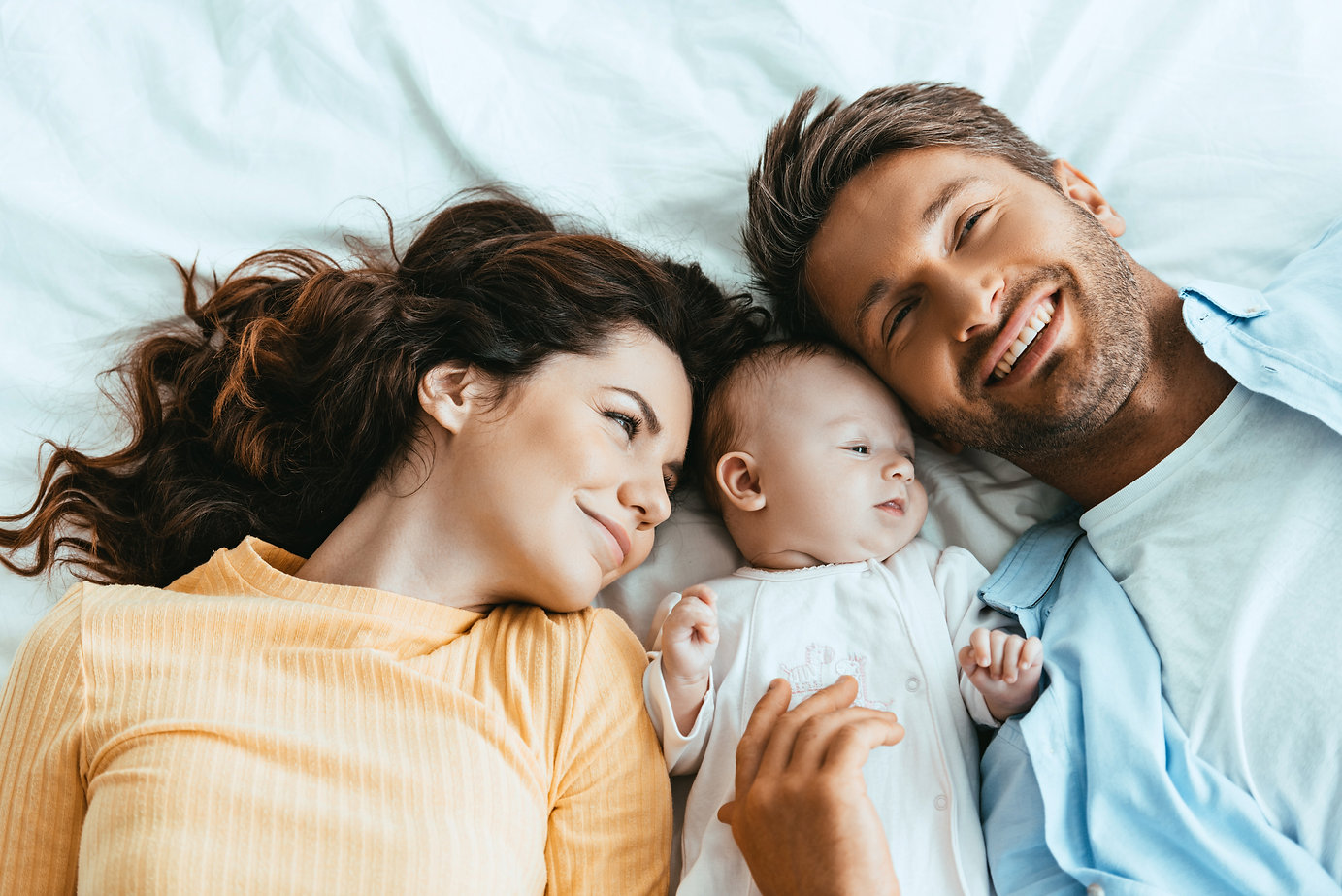 AdobeStock_299342743 family laying in be
