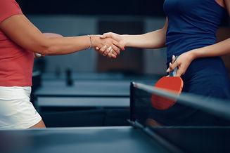 Sportif de haut niveau, deux femmes sportives se serant la main