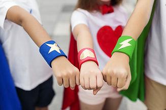 Jeunes en tenues de supers héros
