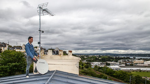 Antenne TV et parabole sur les toits de Brest