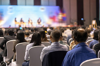 Conférence, audience qui écoute un interlocuteur