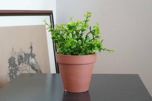 Изкуствено растение в керамична саксия