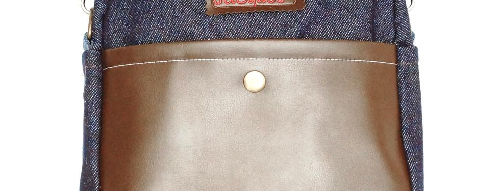 Bolsa exterior trasera con botón de presión.
