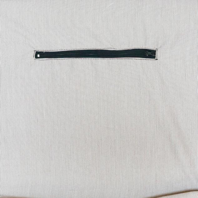 Bolsa interior con cierre de 20 cm.
