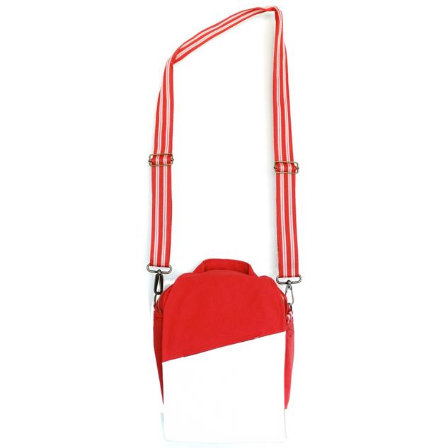Correa de alta resistencia, con correderas para ajustar la altura y bandolas en los extremos para removerla.