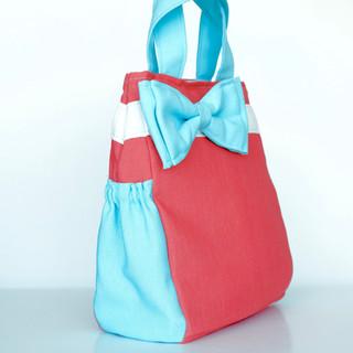 Dos bolsas laterales con elástico.