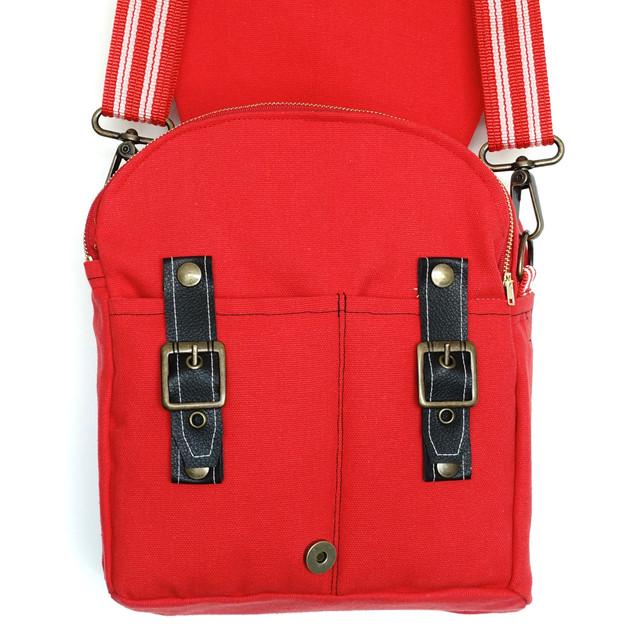 Compartimientos para el celular y la cartera, con cinturoncitos que dan seguridad.