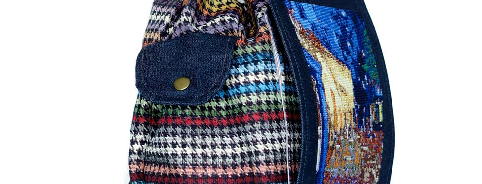 Bolsas laterales con elástico y botón de presión.