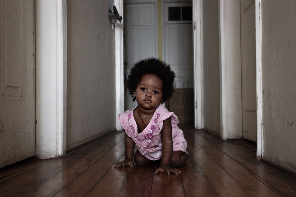 Dayane com 1 ano já engatinhando pelos corredores da pensão.
