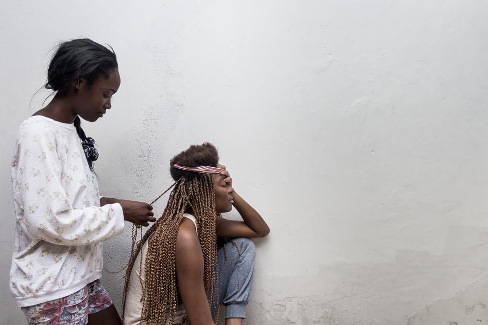 Para ter uma renda extra, Chimena trabalha trançando o cabelo de amigos e conhecidos.