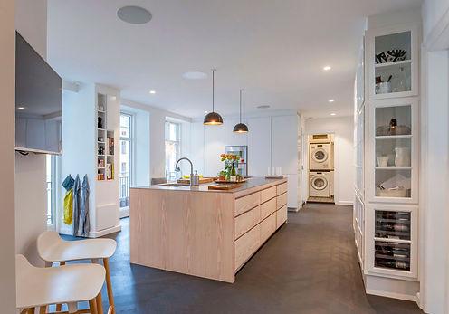 Cool lys nordisk bolig, nordisk boliger, snedkerlavet køkken, renovering af lejlighed, arkitekttegnet tegnet køkken,vitrineskab indbygget