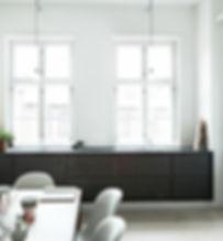 Cool lys nordisk bolig, snedkerlavet køkken, renovering af lejlighed, arkitekttegnet tegnet køkken