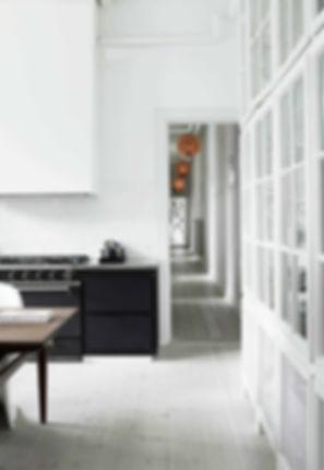Cool lys nordisk bolig, renovering af lejlighed, arkitekttegnet tegnet køkken,vitrineskab indbygget