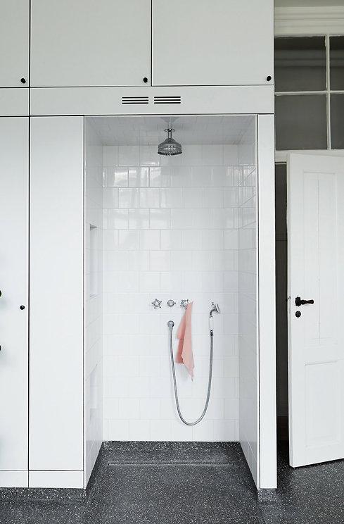 Cool lys nordisk bolig, smukke fliser på badeværelse, smukke badeværelser, renovering af lejlighed