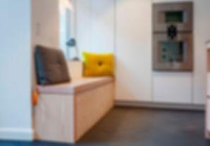 Cool lys nordisk bolig, nordisk boliger, snedkerlavet køkken, renovering af lejlighed, bænk i køkken, arkitekttegnet tegnet køkken