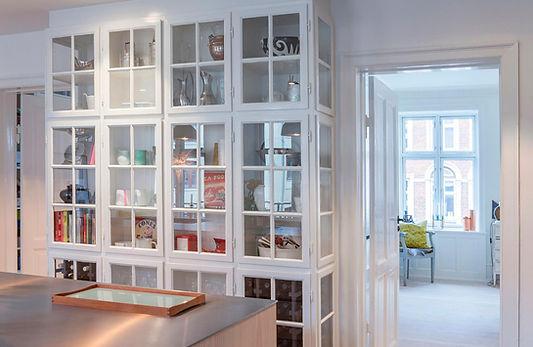 Cool lys nordisk bolig, nordisk boliger, snedkerlavet køkken, renovering af lejlighed, arkitekttegnet tegnet køkken, vitrineskab indbygget