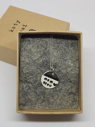 Katy Mai Mwclis Cymraeg Mini Crwn / Mini Round Welsh Necklace - Mam Orau