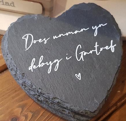 Welsh -  slate heart coaster Does Unman yn Debyg i Gartref