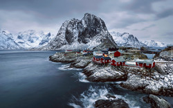 tapeta-panorama-gor-w-norwegii-i-kolorowe-domki-na-skalach