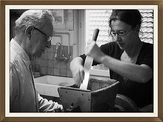 Préparation des chocolats de Noêl. Moi et Papa en train de faire du praliné