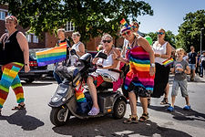 Pridefest i Varberg. Människor i pridefärger