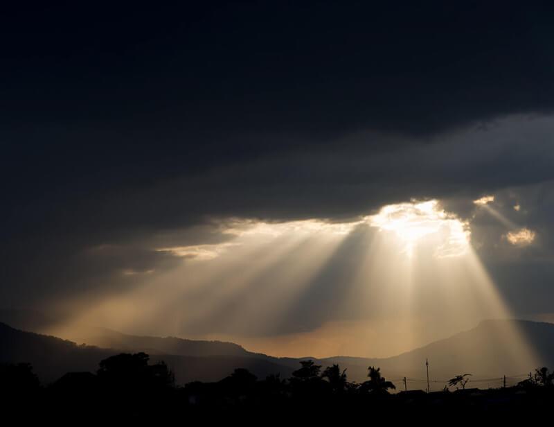 雲間よりさしたる光に