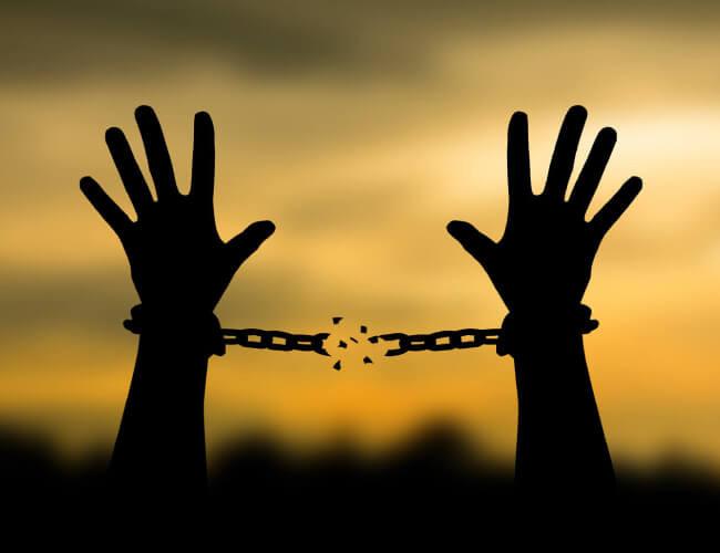 拘束される手、そこから開放される手