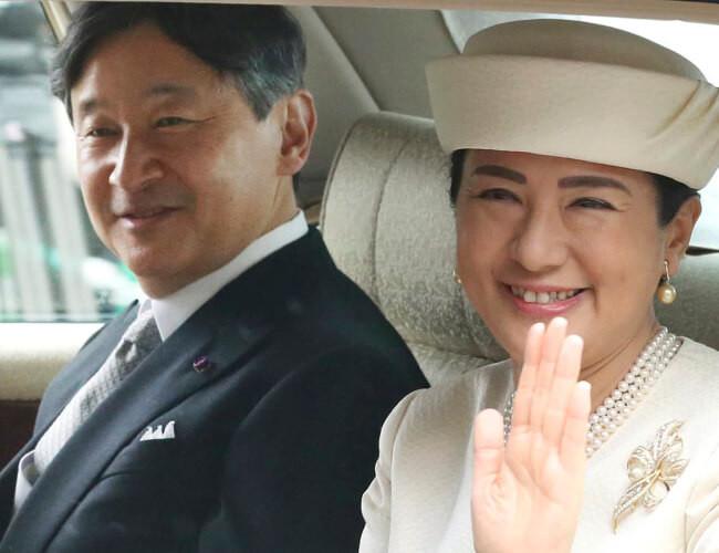 皇居に戻られる天皇皇后両陛下