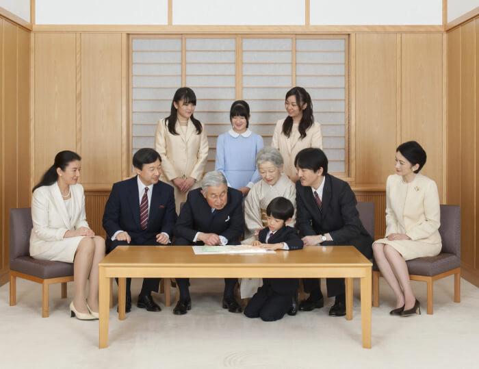 上皇ご夫妻、天皇ご一家、秋篠宮ご一家=2018年12月、皇居・御所(宮内庁提供)