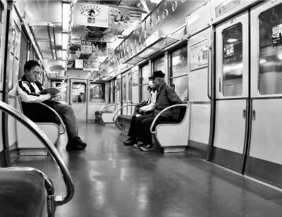 電車の車内の画像