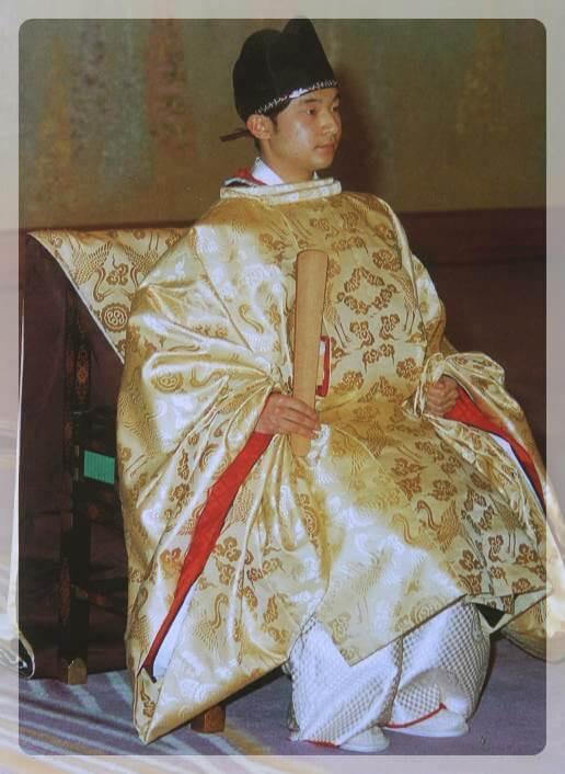 加冠の儀に望まれる天皇陛下