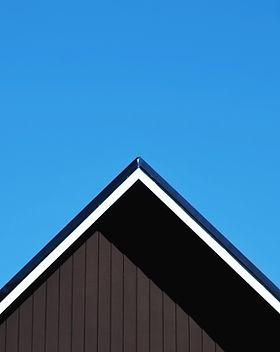 Крыша против чистого голубого неба