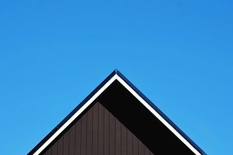 Techo contra el cielo azul claro