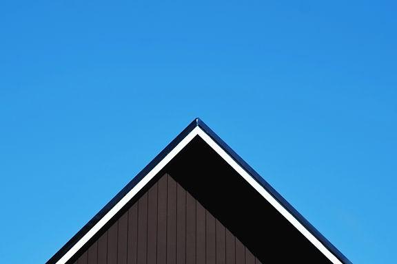 Dach gegen klaren blauen Himmel