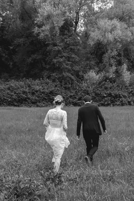 Bruidspaar neemt plaats natuur
