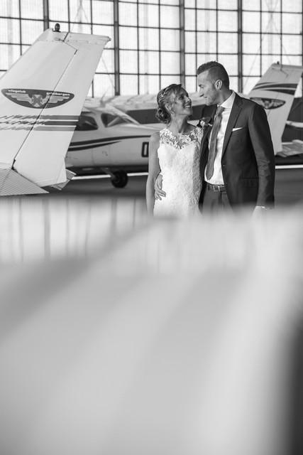 Bruidspaar tussen de vliegtuigen