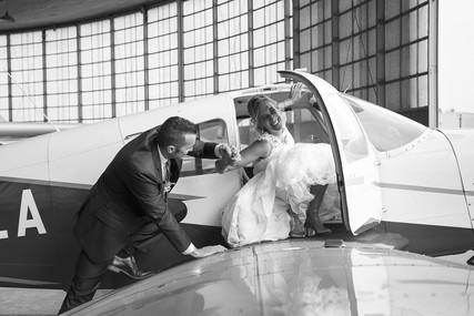 Bruidspaar in een vliegtuig