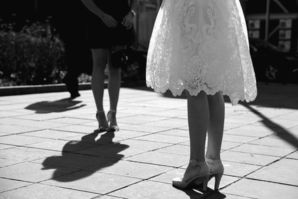 Wachtende bruid op een zonnige dag aan het gemeentehuis