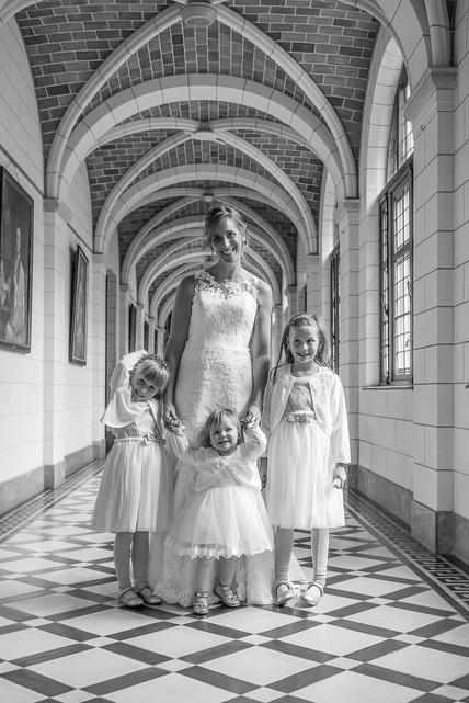 Bruid met dochters in abdij van Grimbergen