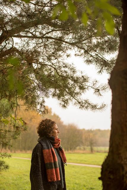 Herfstportret van dame in de natuur